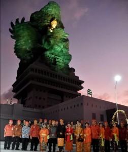 Presiden Jokowi berfoto di depan Patung GWK, Bali, Sabtu (22/9). (Foto: BPMI)