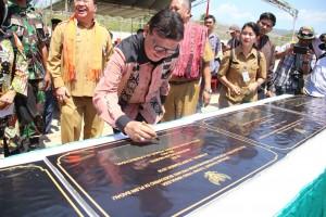 Presiden Jokowi menandatangani prasasti pembangunan Patung Soekarno, di Kec. Motaain, Kab. Atambua, NTT, Selasa (18/9) siang. (Foto: Puspen Kemendagri)