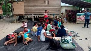 Warga Donggala mengungsi ke tempat-tempat yang dianggap aman, paska terjadinya gempa bumi Jumat (28/9) petang. (Foto: IST)