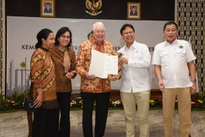 Minister of Energy and Mineral Resources Ignasius Jonan along with Inalum's Chairman, CEO of Freeport, Minister of Finance, and Minister of State-Owned Enterprises showing a signed agreement document, at Ministry of Energy and Mineral Resources office, Jakarta, Thursday (9/27).