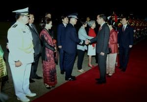 Presiden Jokowi menyalami para pejabat yang menyambut saat tiba di Seoul Air Base di Kota Seongnam, Korea Selatan, Minggu (9/9). (Foto: Humas/Rahmat).
