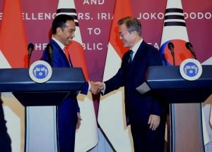 Presiden Jokowi dan Presiden Moon Jae-in berjabat tangan usai konferensi pers bersama di Istana Kepresidenan Blue House, Seoul, Senin (10/9). (Foto: Humas/Rahmat).