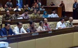 Seskab Pramono Anung, bersama Mensesneg, dan KSP, didamping Waseskab dan Deputi Administrasi saat Rapat Kerja dengan Komisi II DPR RI, di Jakarta, Rabu (5/9) siang. (Foto: Rahmat/Humas)