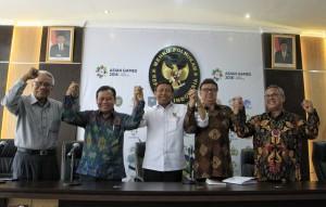 Menko Polhukam Wiranto berfoto bersama Mendagri, Ketua KPU, Ketua Bawaslu, dan pimpinan DKPP usai Rakorsus di Kemenko Polhukam, Jakarta, Selasa (4/9) siang. (Foto: Humas Kemenko Polhukam)