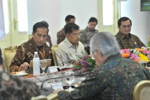 Presiden Jokowi didampingi Wapres Jusuf Kalla memimpin rapat terbatas tentang persiapan kunjungan kenegaraan ke Korea da Vietnam, di Istana Bogor, Jabar, Jumat (7/9) siang. (Foto: JAY/Humas)