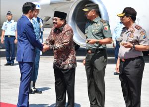 President Jokowi welcomed by East Java Governor Soekarwo at Juanda International Airport, Surabaya, Thursday (6/9). (Photo by: BPMI)