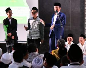 Presiden Jokowi berdialog dengan para santri saat berkunjung ke Pondok Pesantren Progresif Bumi Shalawat, Sidoarjo, Jatim, pada Kamis (6/9) petang. (Foto: BPMI Setpres)