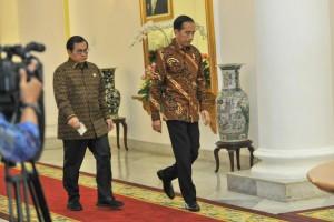President Jokowi accompanied by Cabinet Secretary Pramono Anung heading to the closed door meeting room, at Bogor Palace, West Java, Friday (9/7). (Photo: JAY/PR)