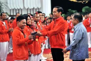 Presiden serahkan bonus kepada atlet di Istana Negara, Minggu (2/9). (Foto: Humas/Jay)