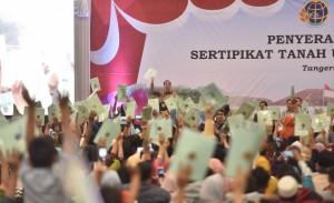 Presiden Jokowi menghitung sertifikat tanah yang ditunjukkan warga, di ICE BSD, Serpong, Tangsel, Banten, Rabu (26/9) siang. (Foto: Deni S/Humas)