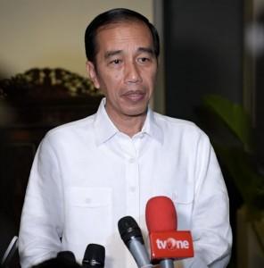 Presiden Jokowi menjawab wartawan soal gempa Palu, di Solo, Jateng, Jumat (28/9) malam. (Foto: BPMI Setpres)