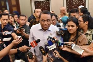 Menteri PANRB Syafruddin menjawab wartawan usai mengikuti rapat di Bina Graha, Jakarta, Jumat (21/9) sore. (Foto: JAY/Humas)