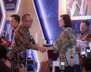 Cabinet Secretariats' Deputy for Administration Affairs Farid Utomo receiving an award from the Minister of Finance Sri Mulyani as an achievement for reasonable without exceptions for 5 years in a row, at Dhanapala building, Jakarta, Thursday (9/20). (Photo: Anggun/Public Relations)