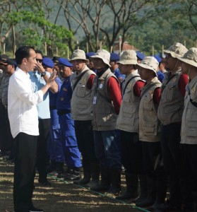 Presiden berdialog dengan para relawan di Lapangan Bola Gunung Sari, Kecamatan Gunung Sari, Kabupaten Lombok Barat, Provinsi Nusa Tenggara Barat (NTB), Senin (3/9). (Foto: BPMI)