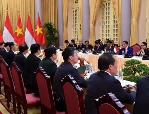 Presiden Jokowi dan Presiden Vietnam bersama delegasi kedua negara melakukan pertemuan di Istana Kepresidenan Vietnam, Selasa (11/9). (Foto: BPMI)