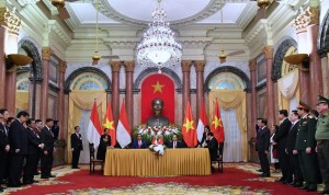 President Jokowi and Vietnamese President witnessing MoU signing at Vietnam Presidential Palace, Hanoi, Tuesday (9/11) (Photo: BPMI)
