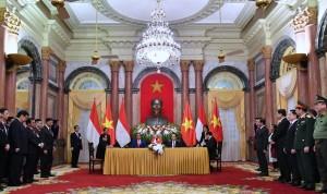 Presiden Jokowi dan Presiden Vietnam menyaksikan penandatangan kesepakatan di Istana Kepresidenan Vietnam, Hanoi, Selasa (11/9). (Foto: BPMI)