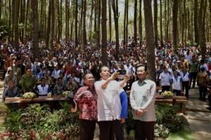 Presiden Jokowi berfoto bersama saat mengikuti acara di hutan pinus Mangunan, Kecamatan Dlingo, Kabupaten Bantul, Yogyakarta, Jumat (28/9). (Foto: BPMI)