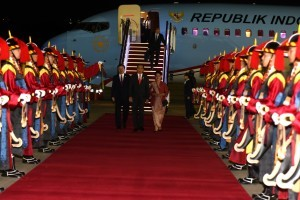 President Jokowi arrives at Seoul Air Base, South Korea, Sunday (9/9) (Photo by: Rahmat/ Public Relations Division of Cabinet Secretariat)