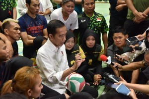 President Jokowi, accompanied by sitting volleyball athletes, answers questions from journalists at GBK Stadium, Jakarta, Thursday (27/9). Photo by: OJI/ Public Relations Division of Cabinet Secretariat.
