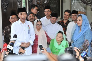 President Jokowi and Ibu Sinta Nuriyah hold a press conference after a meeting at Ciganjur, Jakarta, Friday (7/9) (Photo by: Jay/ Public Relations Division of Cabinet Secretariat)