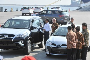 President Jokowi inspects CBU cars exported by Toyota at Tanjung Priok Port, Jakarta, Wednesday (5/9). (Photo by: JAY/ Public Relations Division of Cabinet Secretariat).