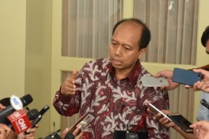 Head of Information Data Center and Public Relations of the National Disaster Mitigation Agency (BNPB) Sutopo Purwo Nugroho answers reporters' questions at Bogor Presidential Palace, West Java, Friday (5/10). (Photo by: Jay/Public Relations).