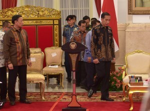 President Jokowi and Vice President Jusuf Kalla enter the State Palace before leading a Plenary Cabinet Meeting, Tuesday (16/10). (Photo by: Rahmat/PR Division)