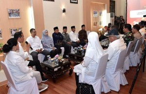 President Jokowi leads a Coordinating Meeting on the Management of Lombok Post-quake, at Zainuddin Abdul Madjid Airport, Central Lombok Regency, West Nusa Tenggara (NTB), Thursday (18/10). (Photo by: Oji/ BPMI Setpres).