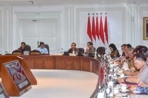 President Jokowi accompanied by Vice President Jusuf Kalla leads a Limited Meeting on the Preparation of the 2018 Asian Para Games, at the Presidential Office, Jakarta, Tuesday (2/10). (Photo by: JAY/ PR Division)