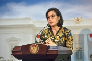 Minister of Finance Sri Mulyani delivers press statement after a limited meeting, at the Presidential Office, Jakarta, Tuesday (2/10). (Photo by: JAY/ PR Division)