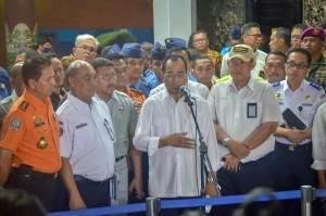 Transportation Minister Budi K. Sumadi accompanied by Head of Basarnas M. Syaugi and Head of KNKT Soerjanto Tjahjono delivers a press statement, at Crisis Center, Soekarno Hatta International Airport, Monday (29/10). (Photo by: Agung/ PR Division)