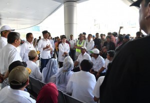 President Jokowi leads an evaluation meeting on post-earthquake management, at the Mutiara Mutiara Sis Al-Jufrie Airport, Palu, Central Sulawesi, on Wednesday (3/10). (Photo by: BPMI Setpres).
