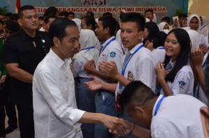 President Jokowi shakes hand with students at the Indonesian Students' Appreciation for Nationalism event held in Bogor, West Java Province, Wednesday (10/10) (Photo: OJI/PR)