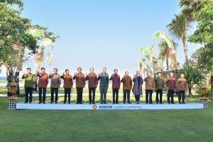 The ASEAN Leaders takes a group photo before the gathering events at the Sofitel Hotel, Nusa Dua, Bali, Thursday (11/10). (Photo By: Anggun/Public Relations).