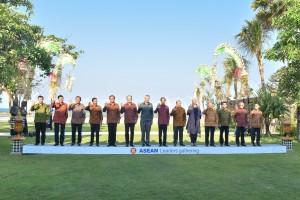 Para Kepala Negara/Pemerintahan ASEAN berfoto bersama sebelum dimulainya Asean Leaders gathering, di Hotel Sofitel, Nusa Dua, Bali, Kamis (11/10). (Foto: JAY/Humas)