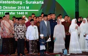 Presiden Jokowi didampingi Ibu Negara Iriana menghadiri Apel Akbar Santri Nusantara yang dihelat di Benteng Vastenburg, Kota Surakarta, Sabtu (28/10). (Foto: BPMI Setpres)