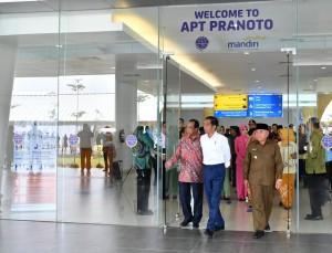 Presiden Jokowi didampingi Menhub dan Gubernur Kaltim meninjau Bandara APT Pranoto, Samarinda, usai meresmikannya Kamis (25/10) siang. (Foto: BPMI Setpres)