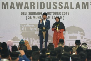 Presiden Jokowi berdialog dengan warga saat peluncuran Bank Wakaf Mikro, di Ponpes Mawaridussalam, di Desa Tumpatan Nibung, Kecamatan Batang Kuis, Kabupaten Deli Serdang, Senin (8/10) siang. (Foto: Rahmat/Humas)