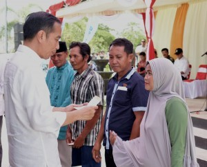 President Jokowi hands over aid for disaster affected residents, at West Sumbawa Regency, West Nusa Tenggara Province, Thursday (18/10). (Photo: BPMI)