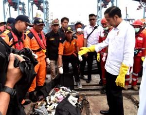 Presiden Jokowi melihat barang-barang yang ditemukan saat meninjau posko evakuasi musibah Lion Air JT-610 di JICT 2, Tanjung Priok, Jakarta, Selasa (30/10) sore. (Foto: Setpres)