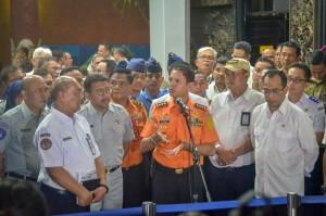 Kepala Basarnas M. Syaugi didampingi Menhub menyampaikan keterangan pers, di Crisis Center Terminal I Bandara Soekarno Hatta, Tangerang, Banten, Senin (29/10) malam. (Foto: IST)