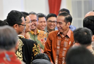 Presiden Jokowi berbincang dengan peserta Pertemuan Pimpinan Gereja dan Rektor/Ketua Perguruan Tinggi Agama Kristen Seluruh Indonesia, di Istana Negara, Jakarta, Rabu (24/10) sore. (Foto: JAY/Humas)