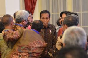 Presiden Jokowi berbincang dengan para pejabat eselon I dan II PTN dan Kemristekdikti, di Istana Negara, Jakarta. Rabu (10/10) siang. (Foto: Deny S/Humas)