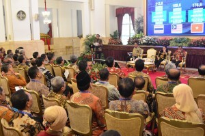 President Jokowi delivers his directives to a number of high-ranking officials of State Universities and Ministry of Research, Technology and Higher Education at the State Palace, Jakarta, Wednesday (10/10). (Photo: Deny S/PR)