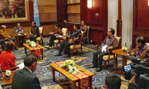 Presiden Jokowi didampingi sejumlah menteri bertemu Sekjen PBB Antonio Guiteres, di Resort Laguna, Nusa Dua, Bali, Kamis (11/10) pagi. (Foto: Anggun/Humas)