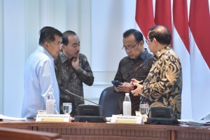 Vice President Jusuf Kalla and a number of Ministers before a Limited Meeting at the Presidential Office, Jakarta (2/10). (Photo by: Jay/Oublic Relations Division)