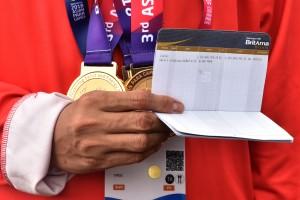 Seorang atlet peraih medali Asian Para Games 2018 menunjukkan besaran bonus yang sudah masuk ke rekening tabungannya. (Foto: OJI/Humas)