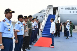 Presiden Jokowi bertolak kembali ke Palu dari Bandara Halim Perdanakusuma, Jakarta, Rabu (3/10) pagi, guna meninjau penanganan dampak gempa di Provinsi Sulteng. (Foto: BPMI Setpres)