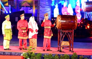 Presiden Jokowi didampingi Menko PMK, Menag, dan Gubernur Sumut memukul bedug tanda dimulainya MTQ Nasional XXVII, di Medan, Sumut, Minggu (7/10) malam. (Foto: Rahmat/Humas)